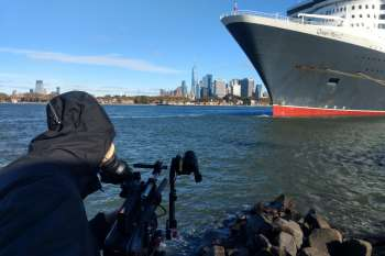 The Queen Mary 2 in dock at Red Hook in Brooklyn. Manhattan in the background. Well wrapped up: cameraman Marc Nordbruch. © NOW Collective / Jörg Leine.