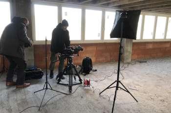 Aufbau für ein Interview in Block 4 in Prora.© NOW Collective / Nico Weber.
