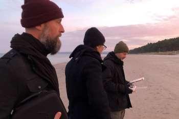 Drohnenaufnahmen am Strand. Filmkomponist Ralf Merten, Line Producer Jörg Leine und Drohnenpilot Marc Nordbruch. © NOW Collective / Nico Weber.