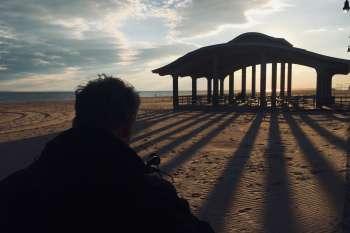 Gegenlichtaufnahme am Strand von Coney Island mit Kameramann Marc Nordbruch. © NOW Collective / Nico Weber.