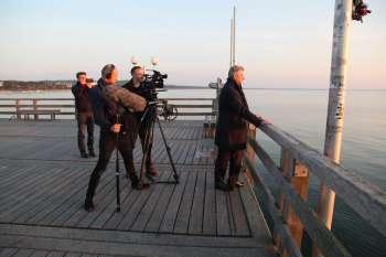 Dreh am Morgen auf der Seebrücke in Binz mit Immobilien-Projektentwickler Ulrich Busch. © NOW Collective / Nico Weber.