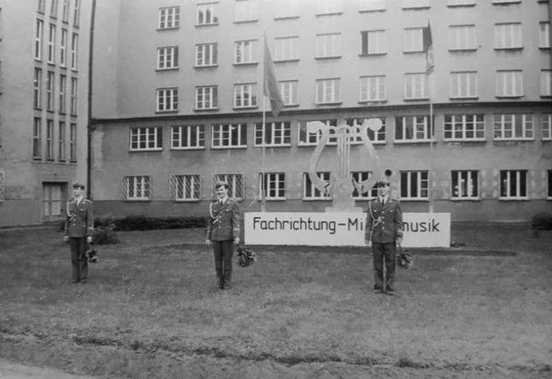 Eingang der Militärmusikschule Prora